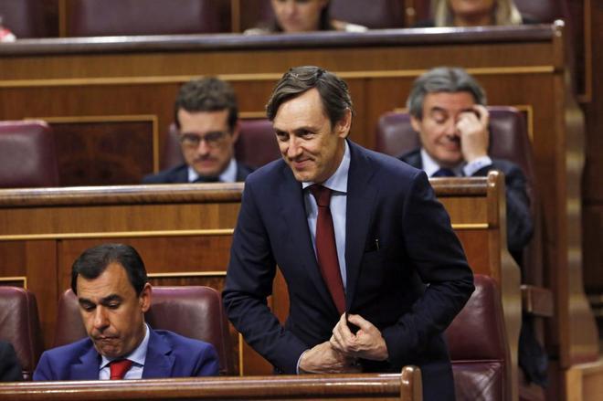 Rafael Hernando, portavoz parlamentario del PP, junto al diputado...