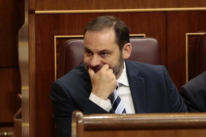 José Luis Ábalos, portavoz provisional del PSOE, sigue desde su...