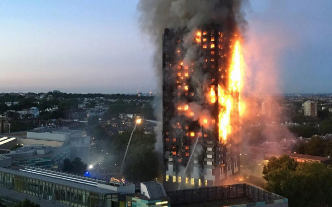 La torre Grenfell, engullida por las llamas.