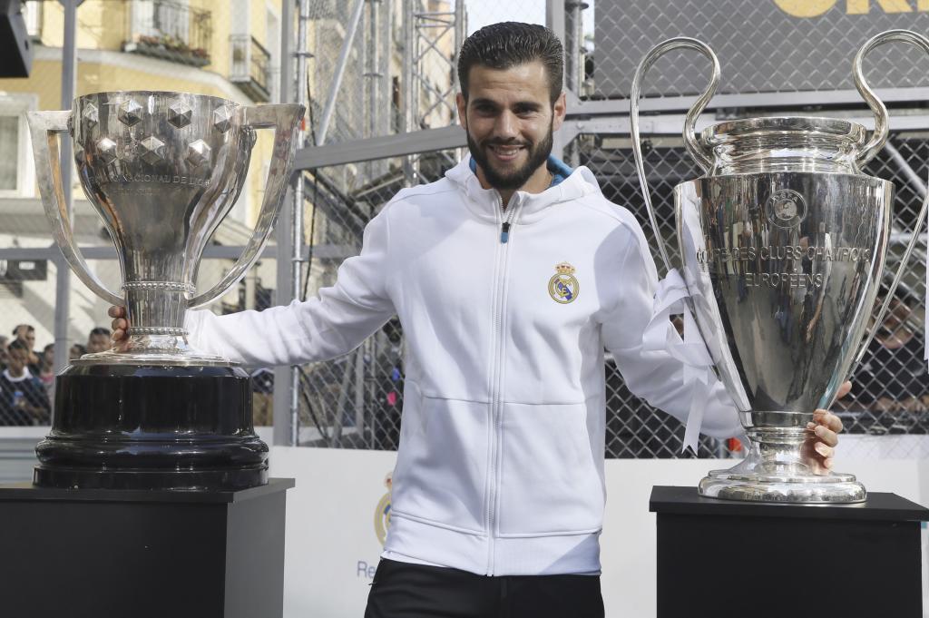 Nacho Fernández, escoltado por las dos copas de títulos grandes...
