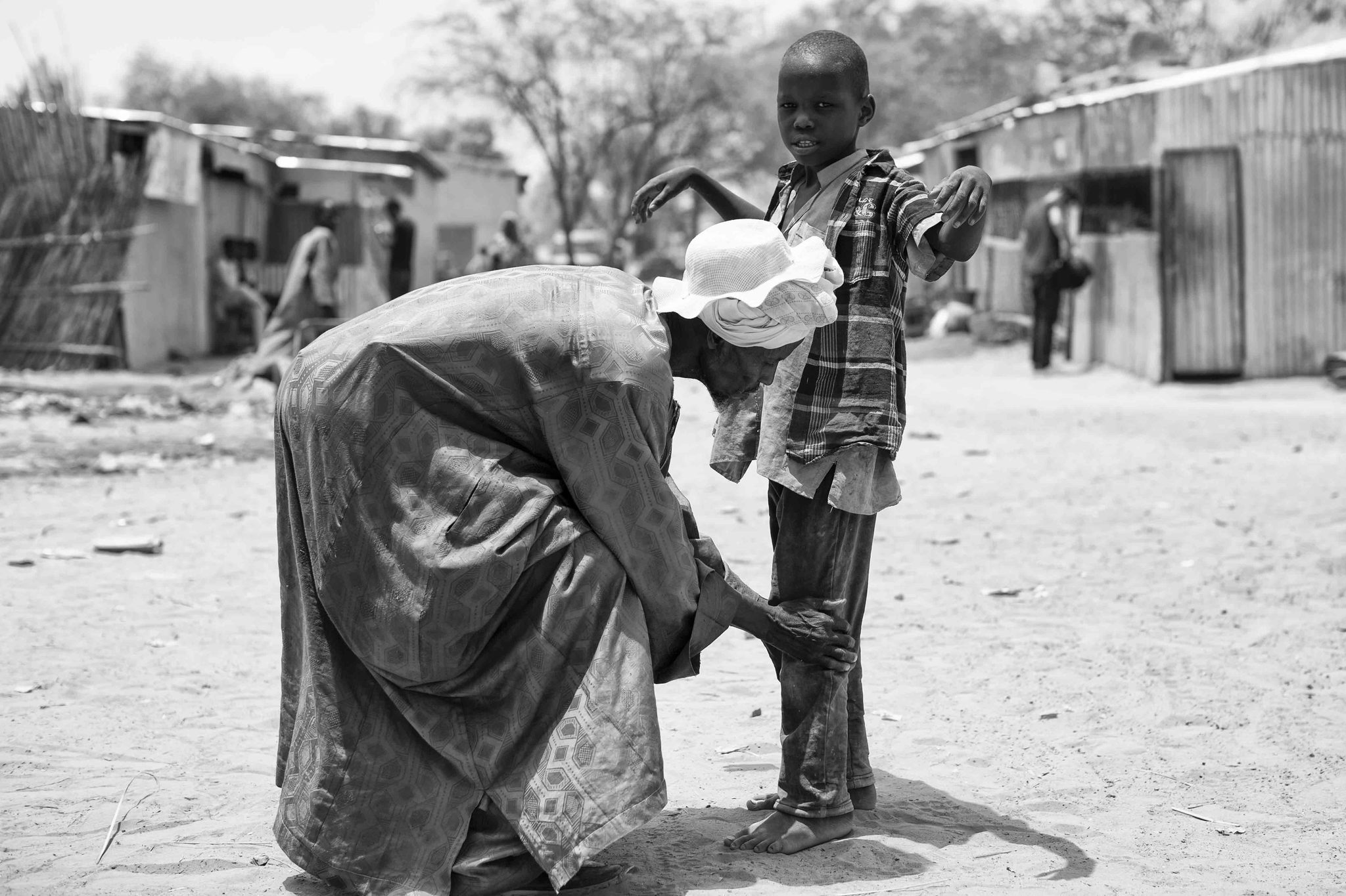 Un voluntario cachea a un niño en busca de bombas a la entrada del mercado de Baga Sola (lago Chad).