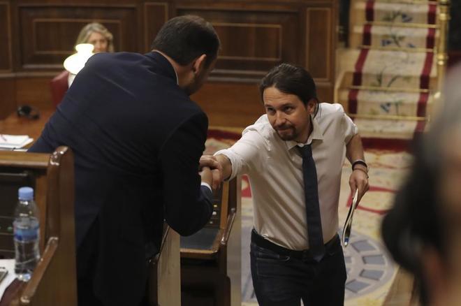Pablo Iglesias y José Luis Ábalos se estrechan la mano en la segunda...