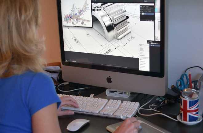 Una mujer trabaja con un programa de diseño.