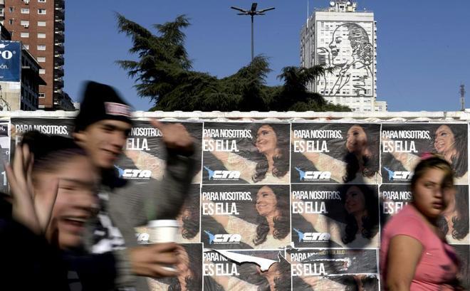 Carteles con el lema 'Para nosotros es ella', en referencia a Cristina Kirchner, en Buenos Aires.