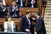 Rajoy felicita a Hernando tras su intervención en el debate.