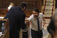Pablo Iglesias y José Luis Ábalos se estrechan la mano en la segunda jornada del debate de la moción de censura.