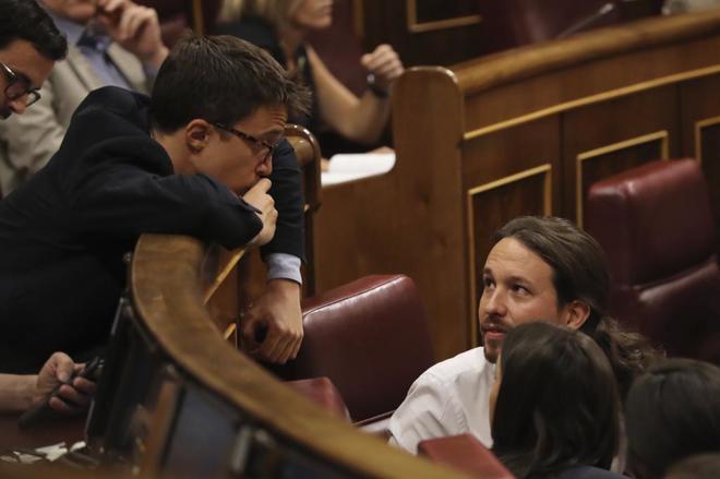 Íñigo Errejón y Pablo Iglesias, este miércoles en sus escaños del...