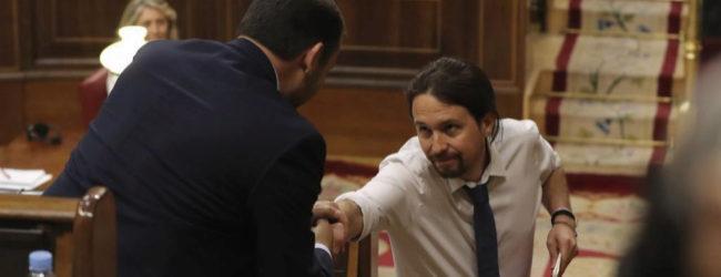 Pablo Iglesias y José Luis Ábalos se estrechan la mano en el debate...