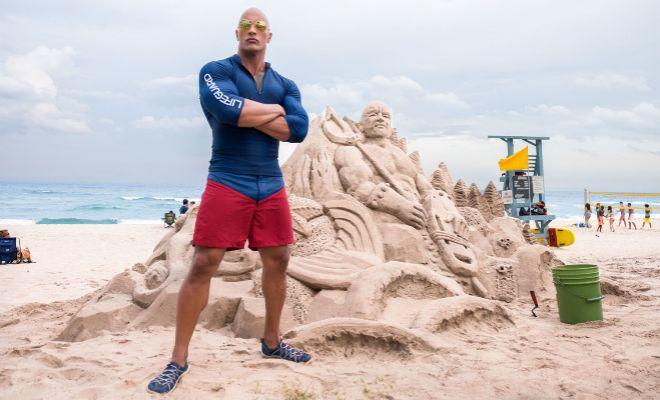 Dwayne Johnson es Mitch Buchannon en 'Baywatch: los vigilantes de la...