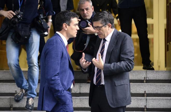 Pedro Sánchez y Patxi López conversan el pasado año en el Congreso de los Diputados.