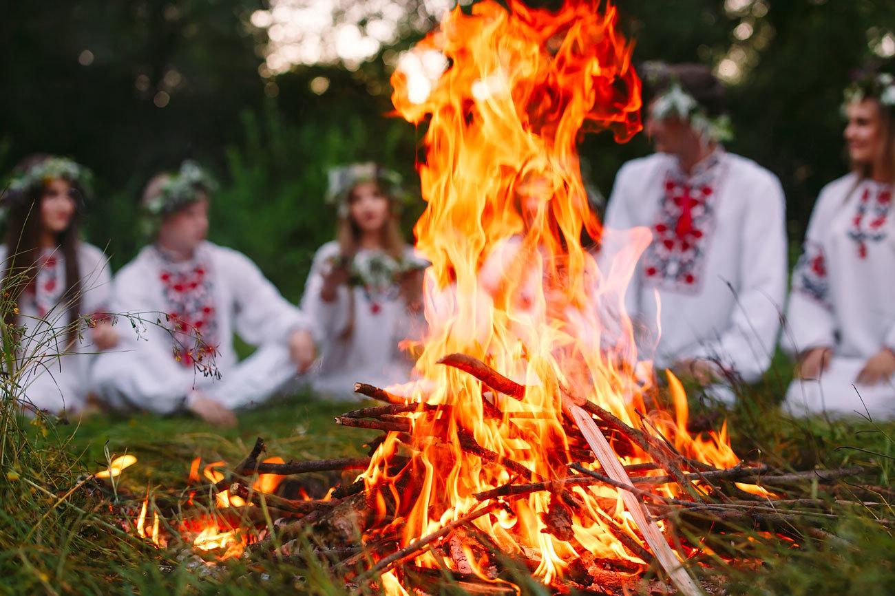 En la medianoche del 24 de junio se celebra la Noche de San...