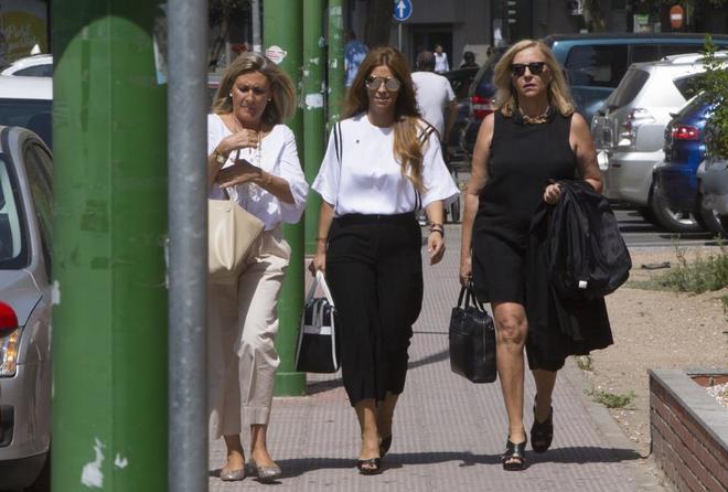 La diseñadora Juana Martín, en el centro, a su llegada a la Audiencia de Córdoba para ser juzgada.