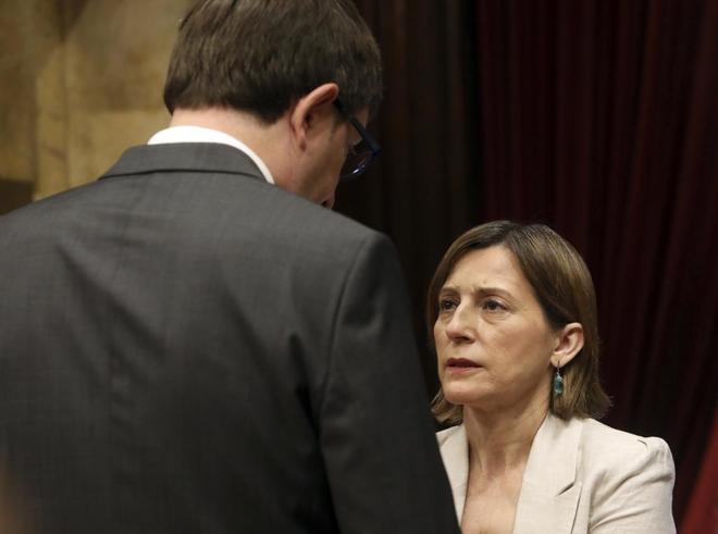 La presidenta Carme Forcadell y el conseller de Justícia Carles Mundó en el Pleno