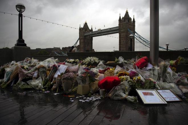 Ramos de flores, velas y mensajes en memoria de las víctimas de los últimos atentados en Londres.