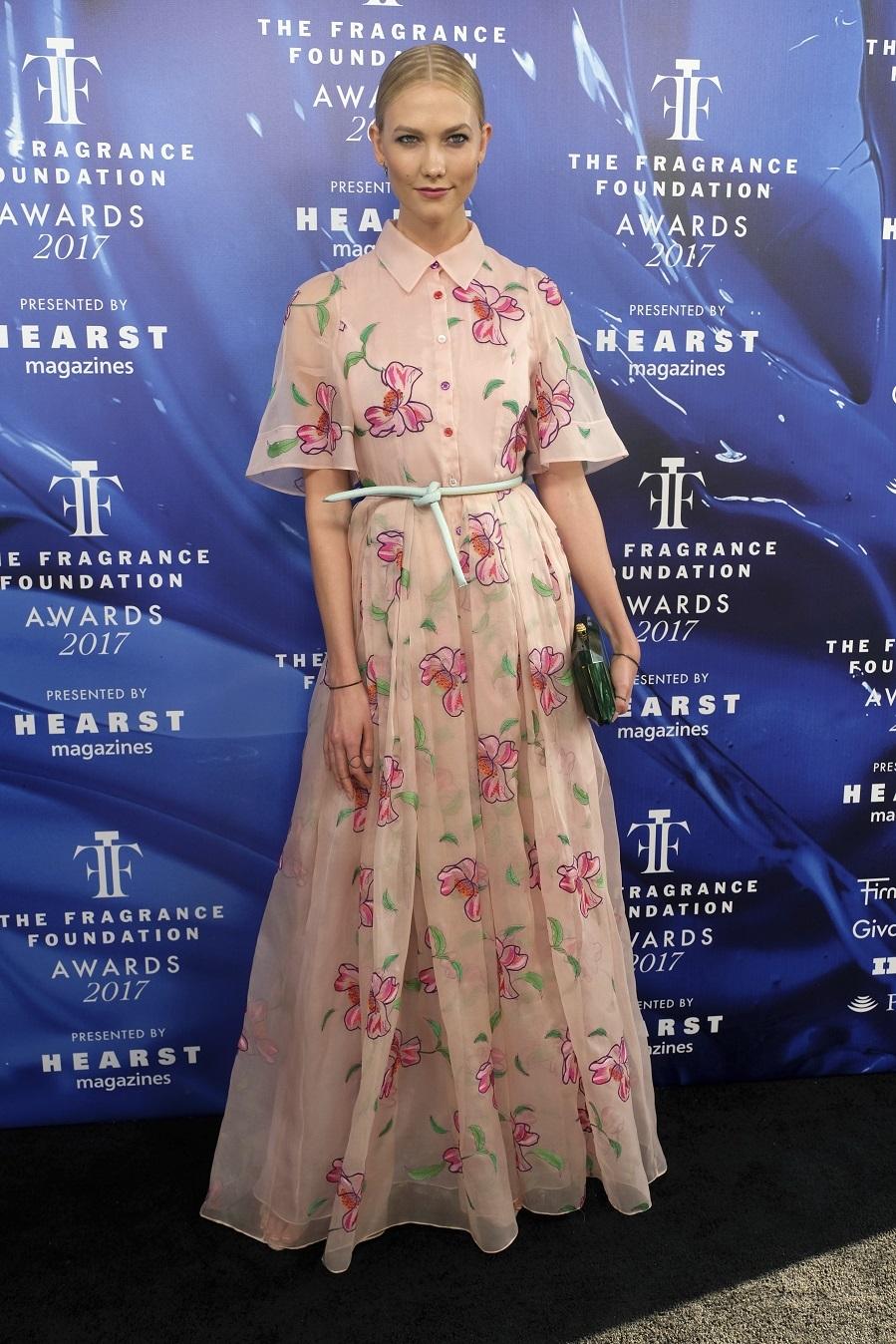 La modelo escogió un vestido largo rosa empolvado con estampado...