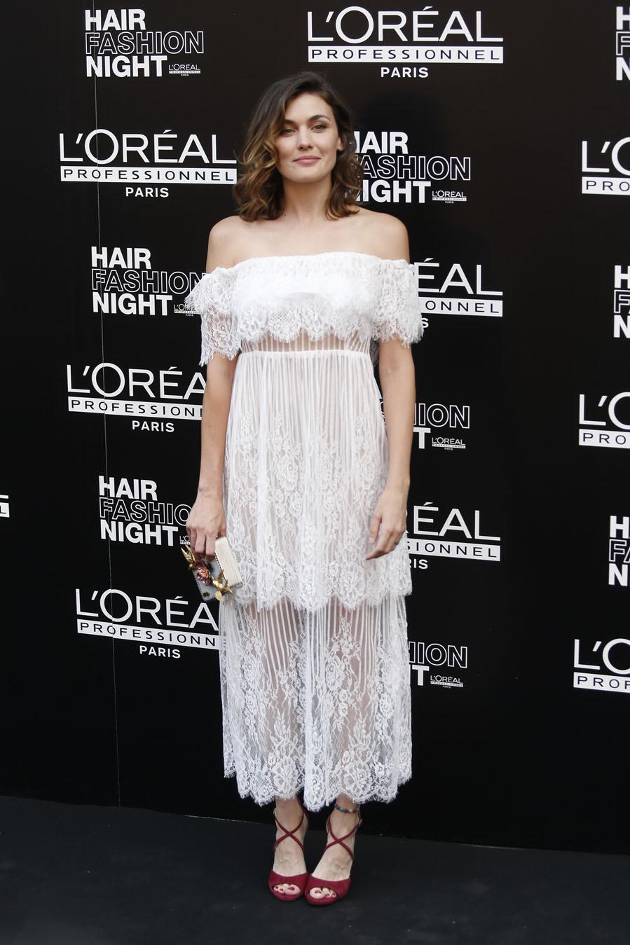 La actriz escogió un vestido con escote bardot con encajes y...