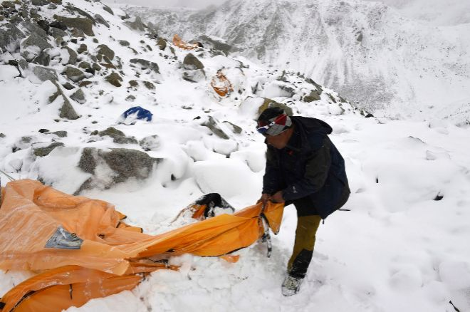 Un sherpa busca supervivientes en el Everest tras el terremoto en abril de 2015.