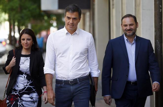 Pedro Sánchez (centro) acompañado por Adriana Lastra y José Luis...