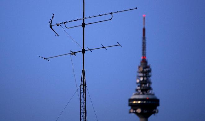 Una antena, y el 'Pirulí' de TVE al fondo.
