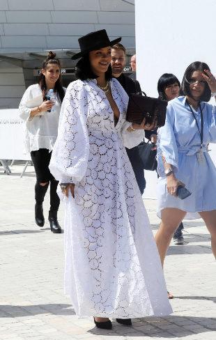 Rihanna, en los Premios LVMH, con un vestido de Dior Crucero 2018.