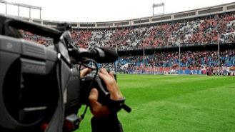 Una cámara de televisión durante un encuentro de fútbol.