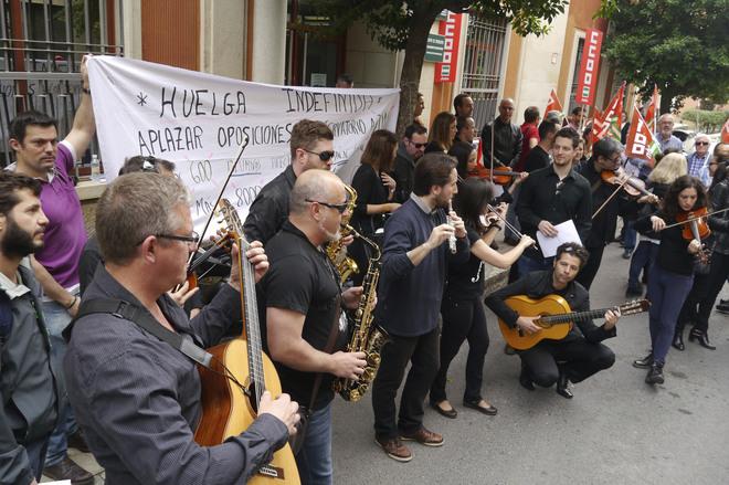Profesores tocan sus instrumentos ante la Delegación de Educación en Jaén en protesta contra las oposiciones.