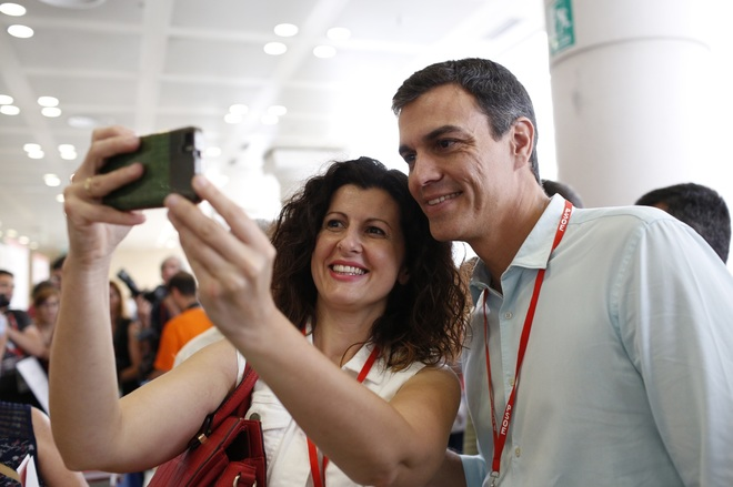 Una delegada socialista se fotografía con Pedro Sánchez en el...
