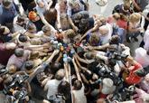 Susana Díaz, rodeada de periodistas, a su llegada, ayer, al Congreso...