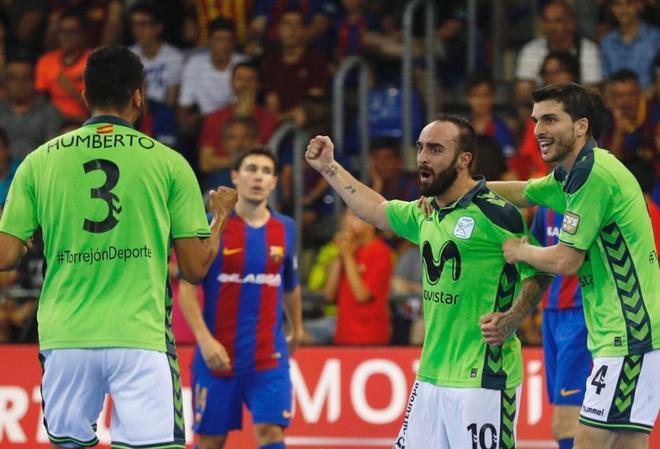 Ricardinho celebra uno de sus dos goles ante el Barcelona.