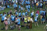 Los corredores se preparan para tomar parte en la carrera.