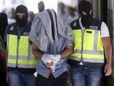 Policías nacionales se llevan a un supuesto yihadista detenido en San...