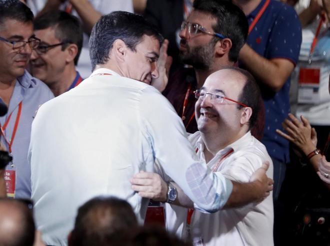 Pedro Sánchez y Miquel Iceta se saludan al inicio del 39 Congreso...