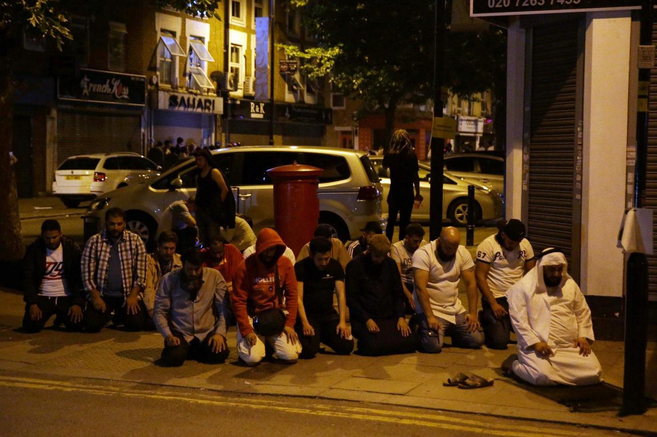 Un grupo de musulmanes han estado rezando por las víctimas en el...