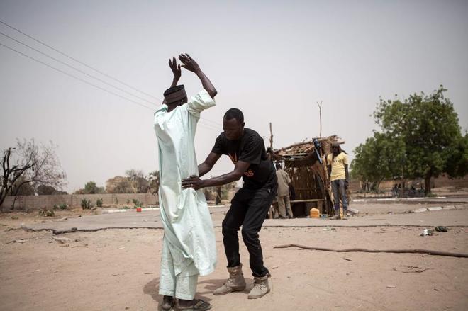Cacheos para descubrir explosivos escondidos en la ropa en la ciudad nigeriana de Damasak.