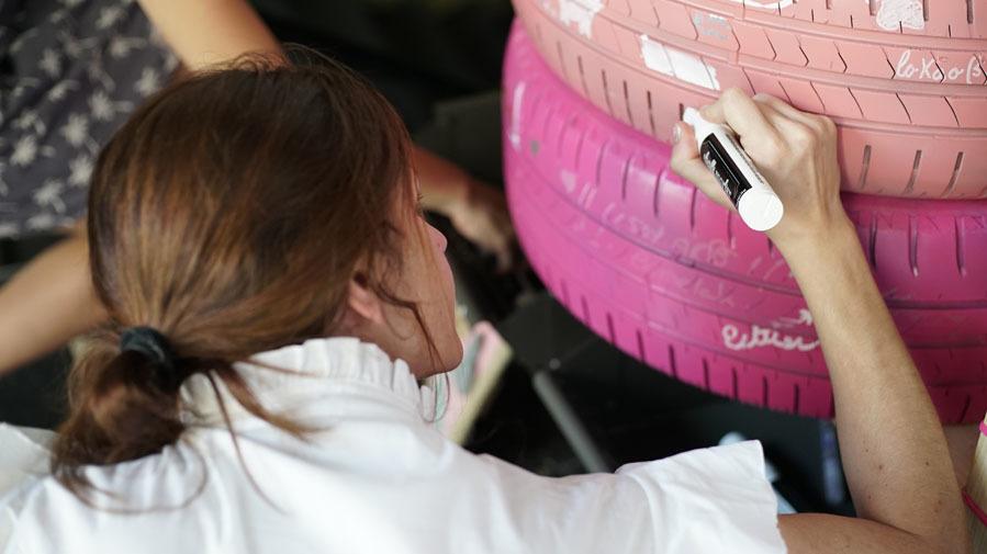 Asistentes decorando las ruedas de Signus para el Photocall - III DIY...