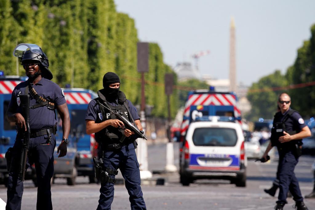 La policía acordona la zona de los Campos Elíseos en París este lunes.