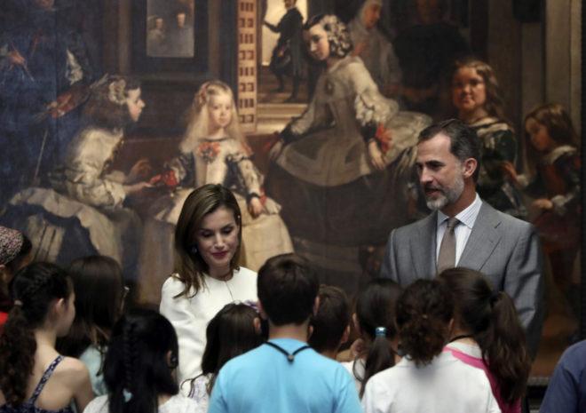 Los Reyes, ayer, conversando ante 'Las meninas' con un grupo de...