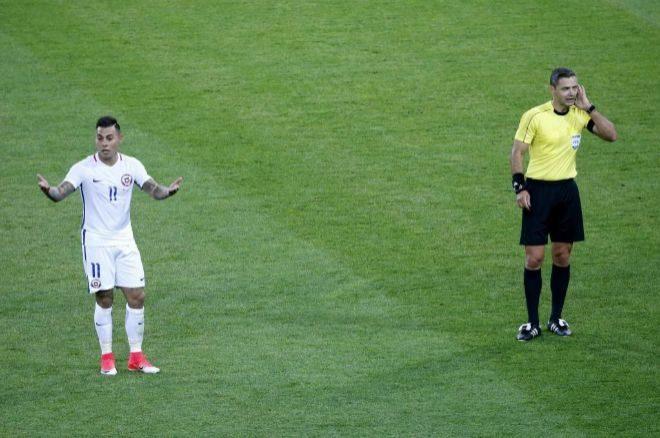 Vargas espera a que el árbitro Damir Skomina compruebe una jugada con el VAR.