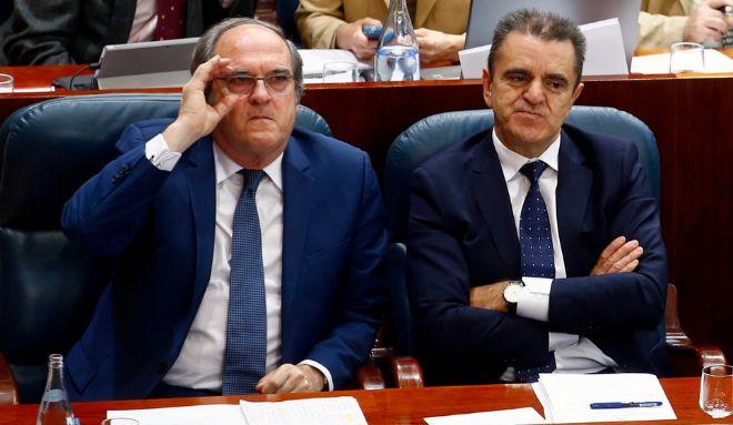 José Manuel Franco, a la derecha, junto a Ángel Gabilondo, en su escaño de la Asamblea, durante la moción de censura del pasado día 7.