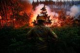 Un bombero observa el fuego cerca del pueblo de Fato, en el centro de...
