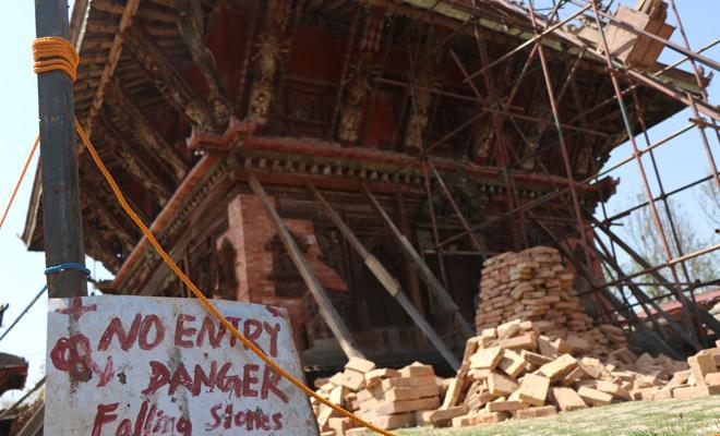 El templo de Changu Narayan (Katmandú), destruido por el terremoto de...