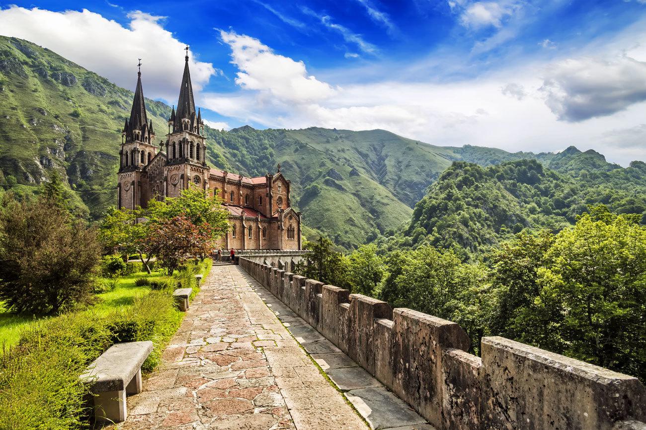 El santuario asturiano de Covadonga, ubicado a una altura de 257...