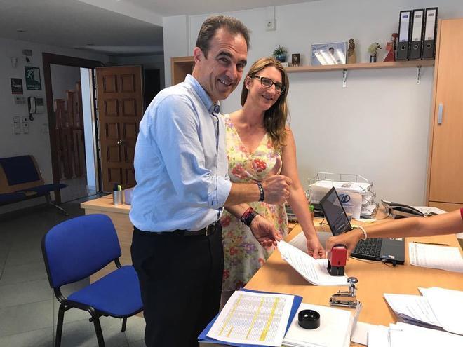 Toño Peral y María del Carmen de España, ayer en la sede provincial del partido.