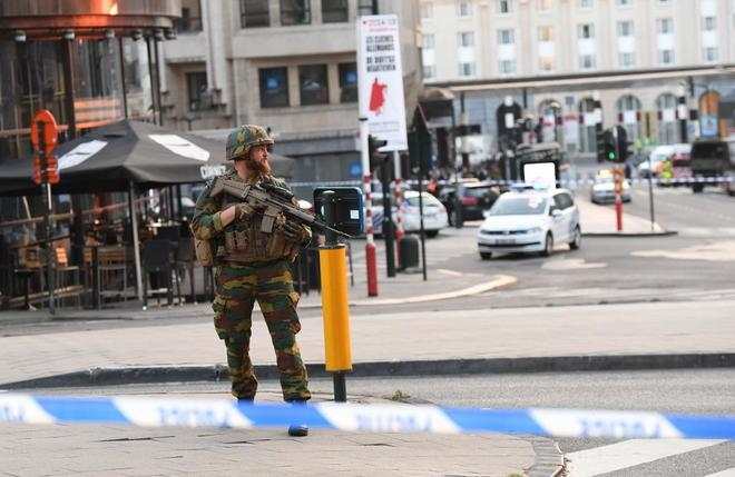 Un soldado tras el control policial colocado en la Estación Central de Bruselas.