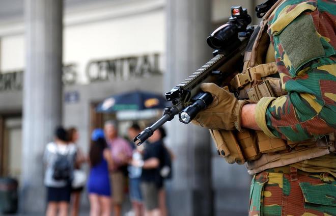 Un soldado belga desplegado en la estación Central de Bruselas este miércoles.