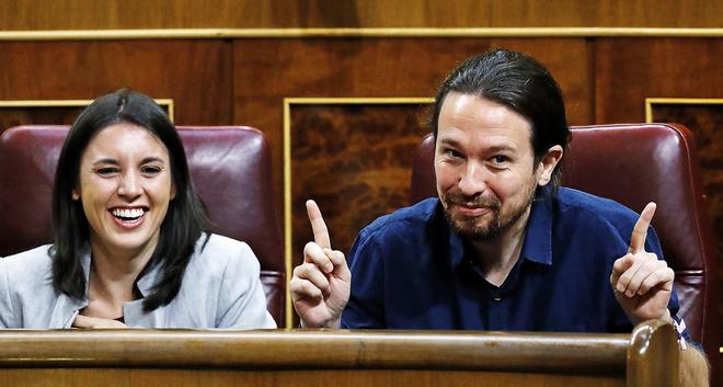 Los líderes de Podemos Irene Montero y Pablo Iglesias, ayer, en un...