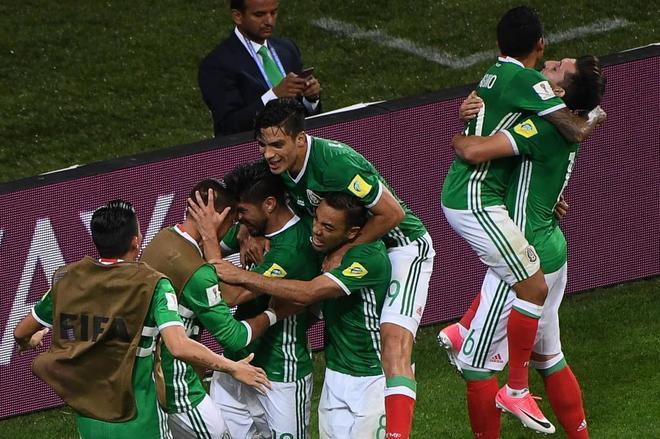 México celebra el gol que culmina la remontada, obra de Peralta.