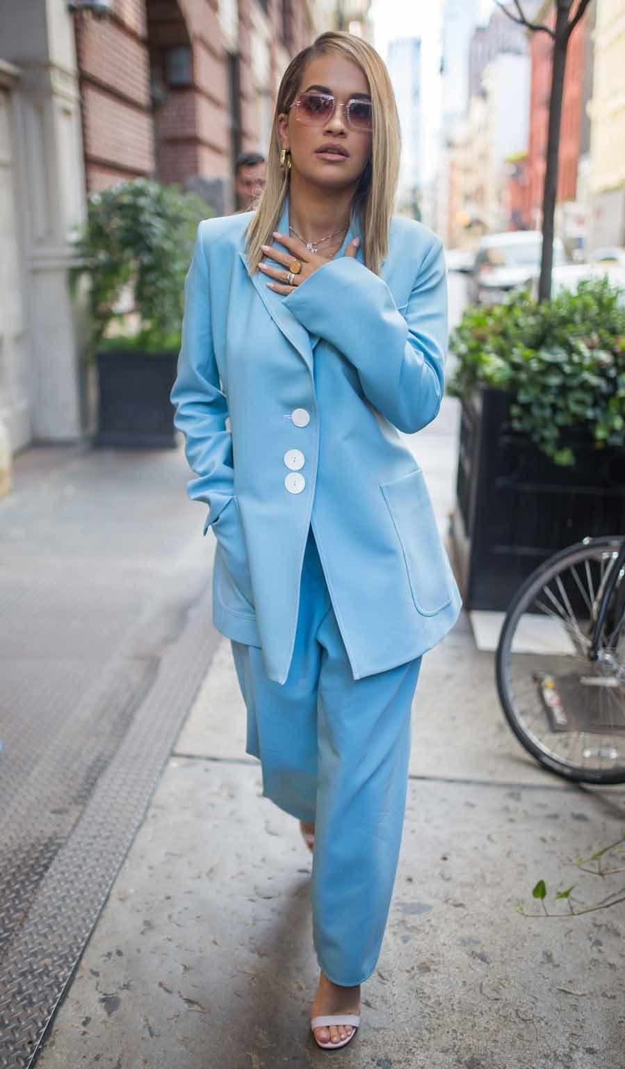 Rita Ora encuentra en este color el tono perfecto para resaltar sus...