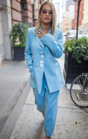 Rita Ora con un traje celeste, entre lo clásico y lo moderno