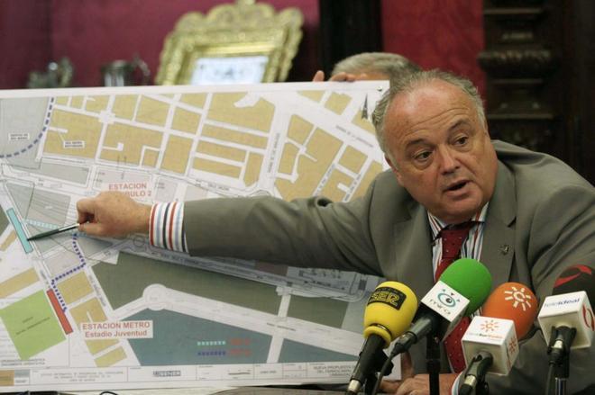 El ex concejal de Urbanismo del Ayuntamiento de Granada en una rueda de prensa.